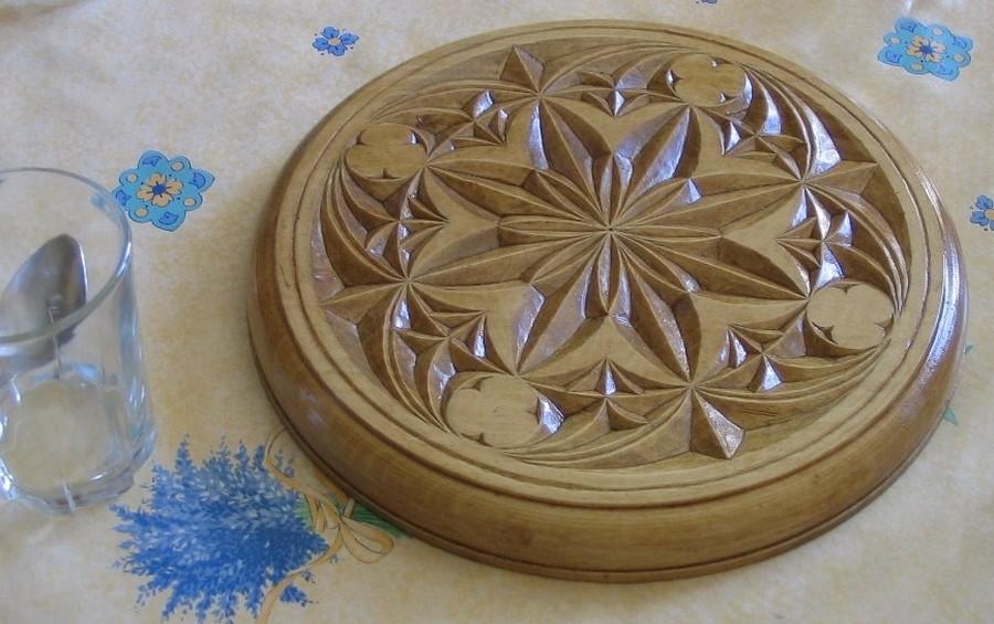Dessous de plat sculpté à l'opinel
