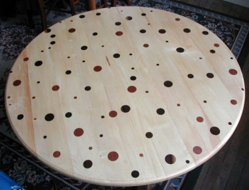Table avec incrustations