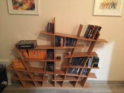 L'étagère en place, avec son contenu