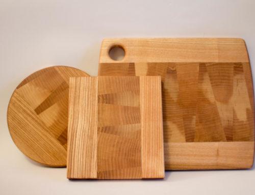 Dessous de plats et une planche à découper  en frêne de bois de bout et de fil